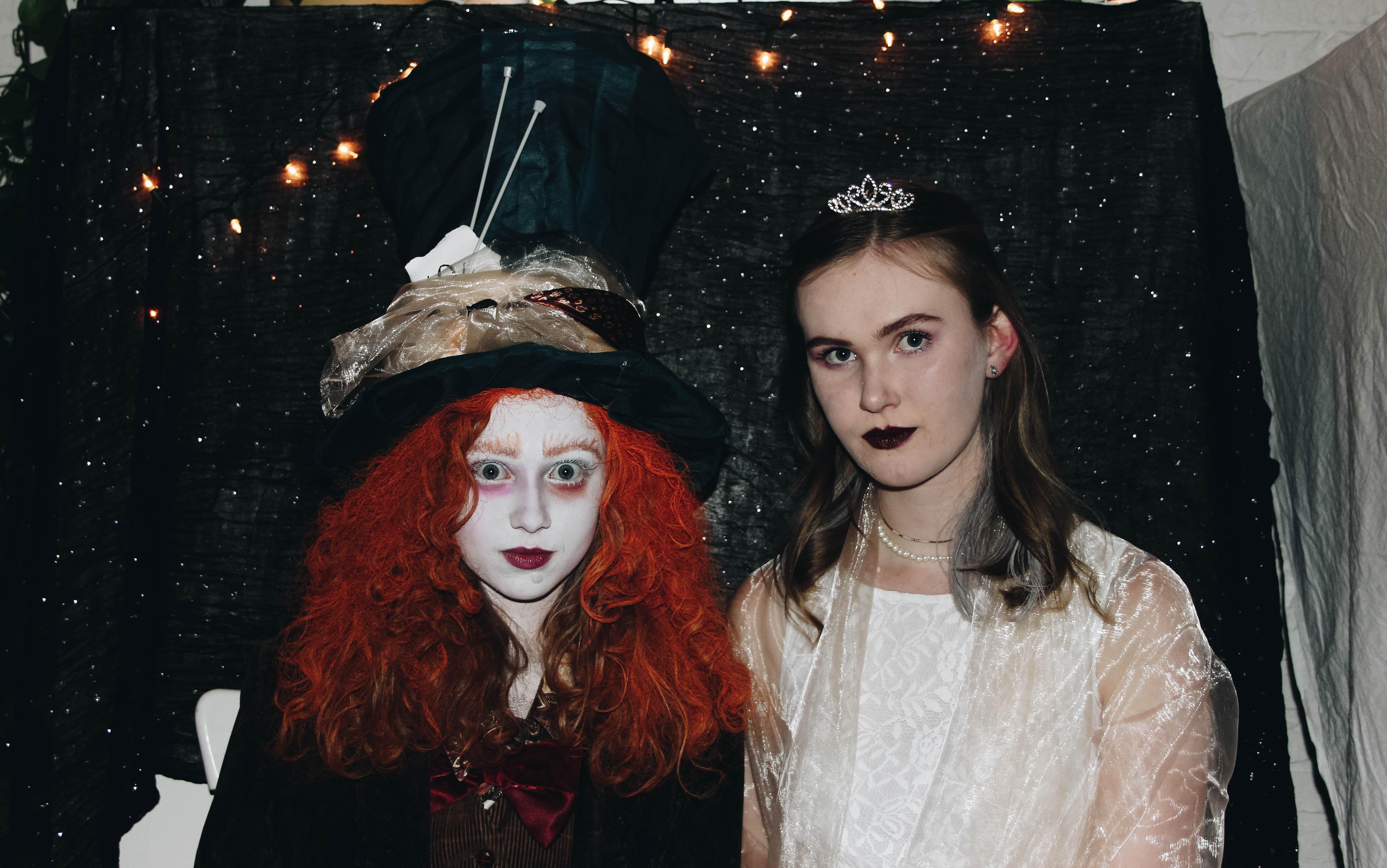 Lisa (links) op haar eigen Halloween feest
