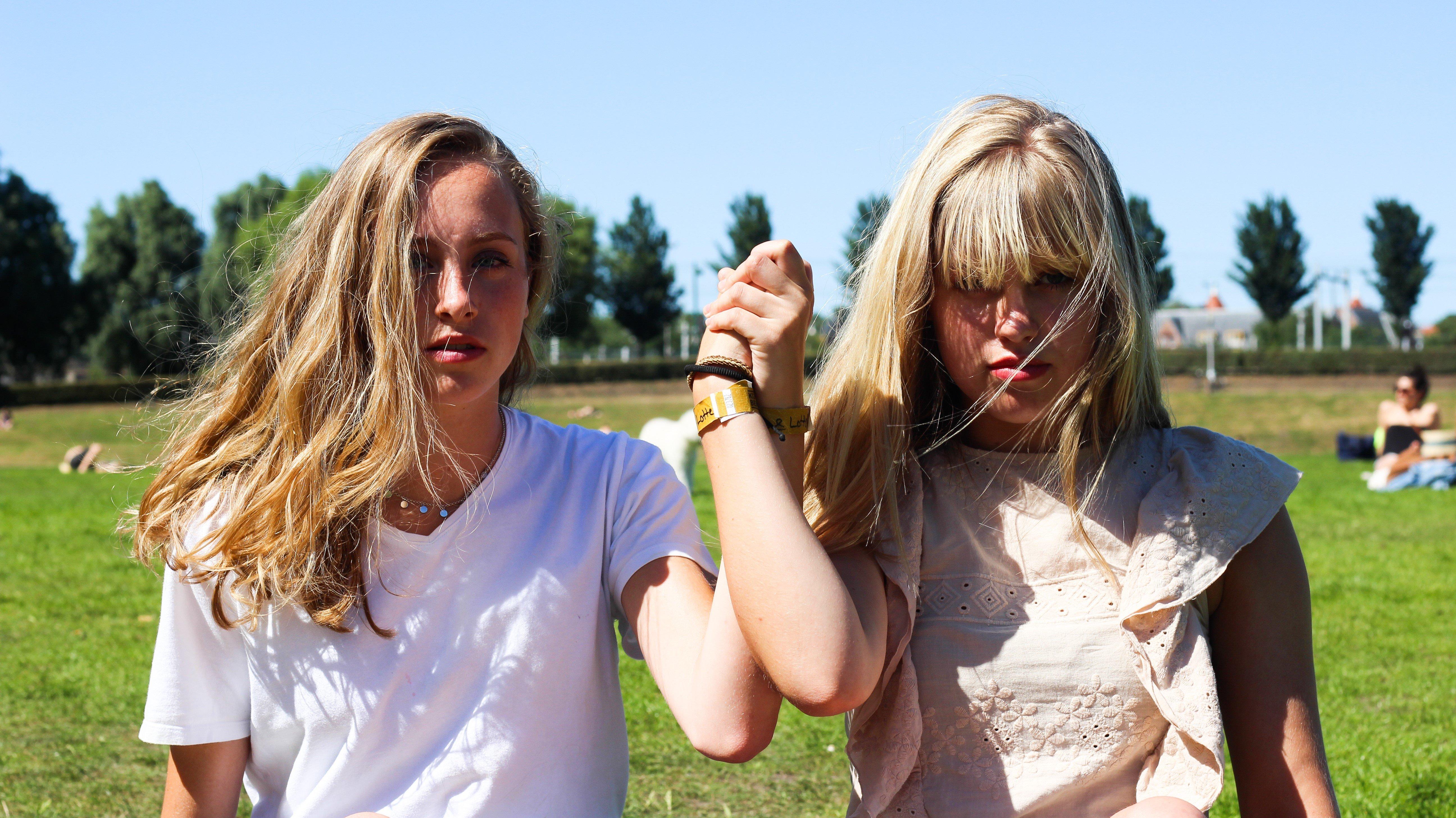 Iris(l) en Lotte(r). Beeld: Elisa Lo-A-Njoe.