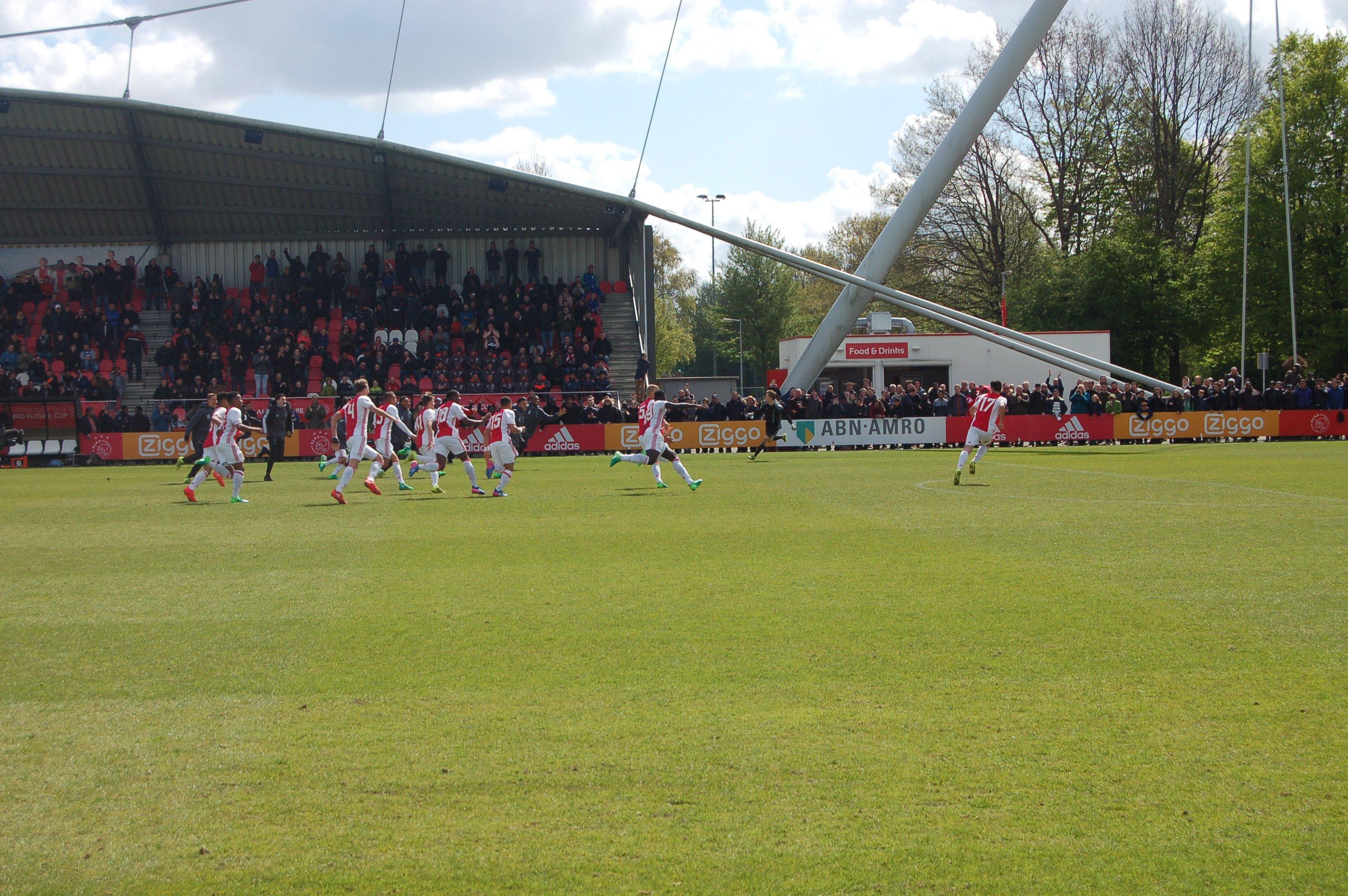 Na missers aan beide kanten had Anderlecht de winst voor het grijpen. Maar het keert nog om en Ajax wint!