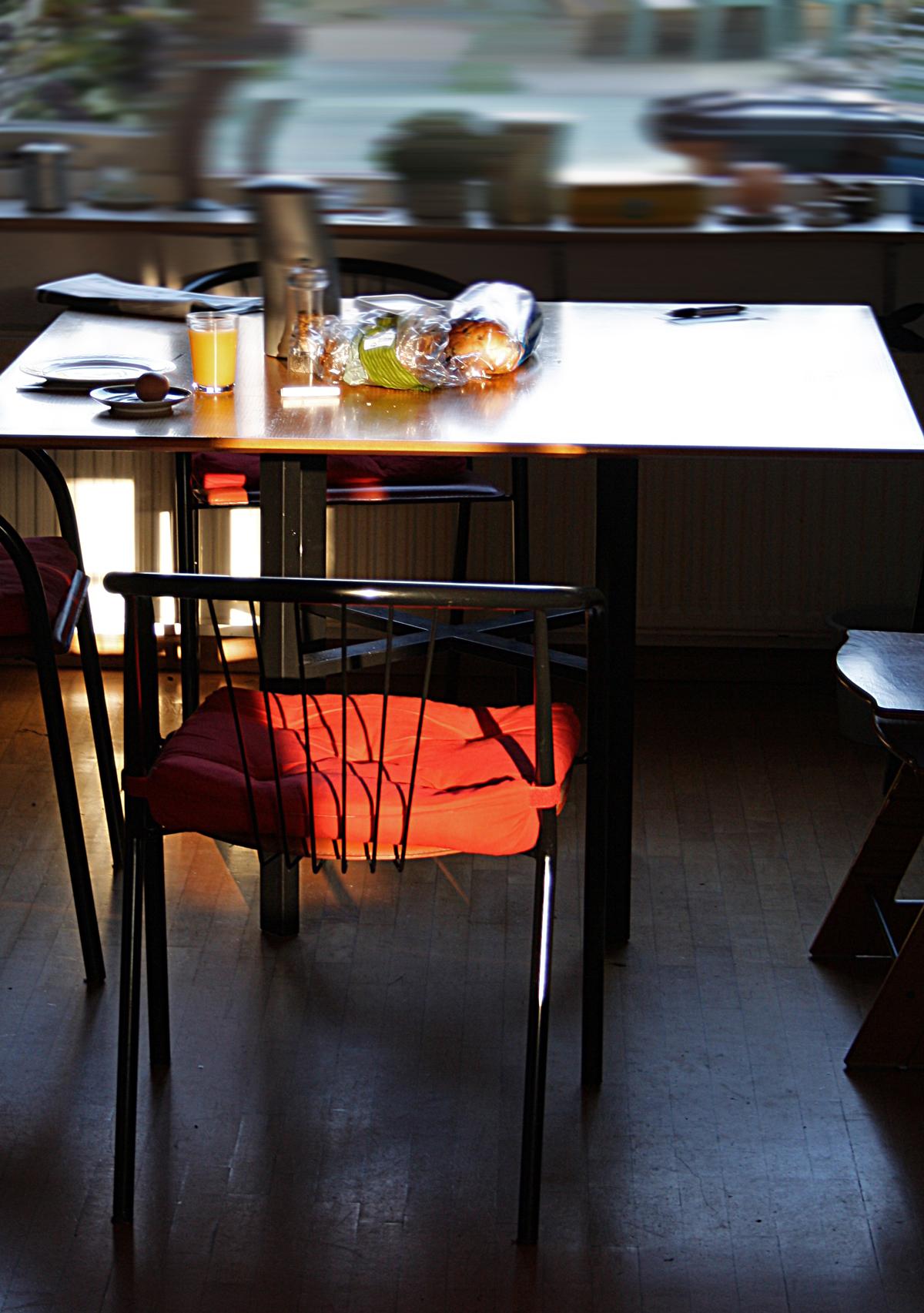 Kotsend boven de ontbijttafel.