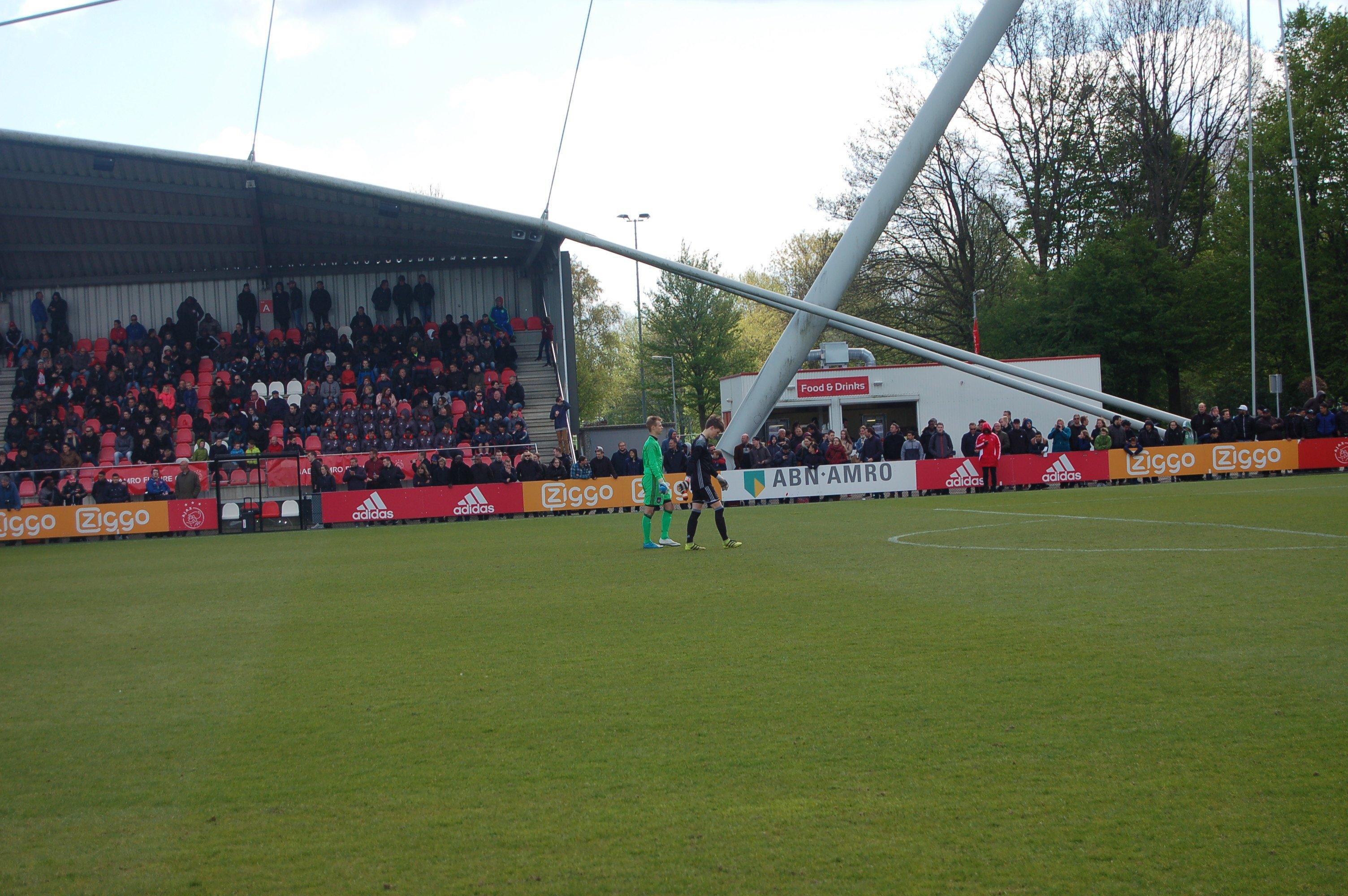 De keepers gaan gebroederlijk naar de goal, na een handdruk: Sportief!