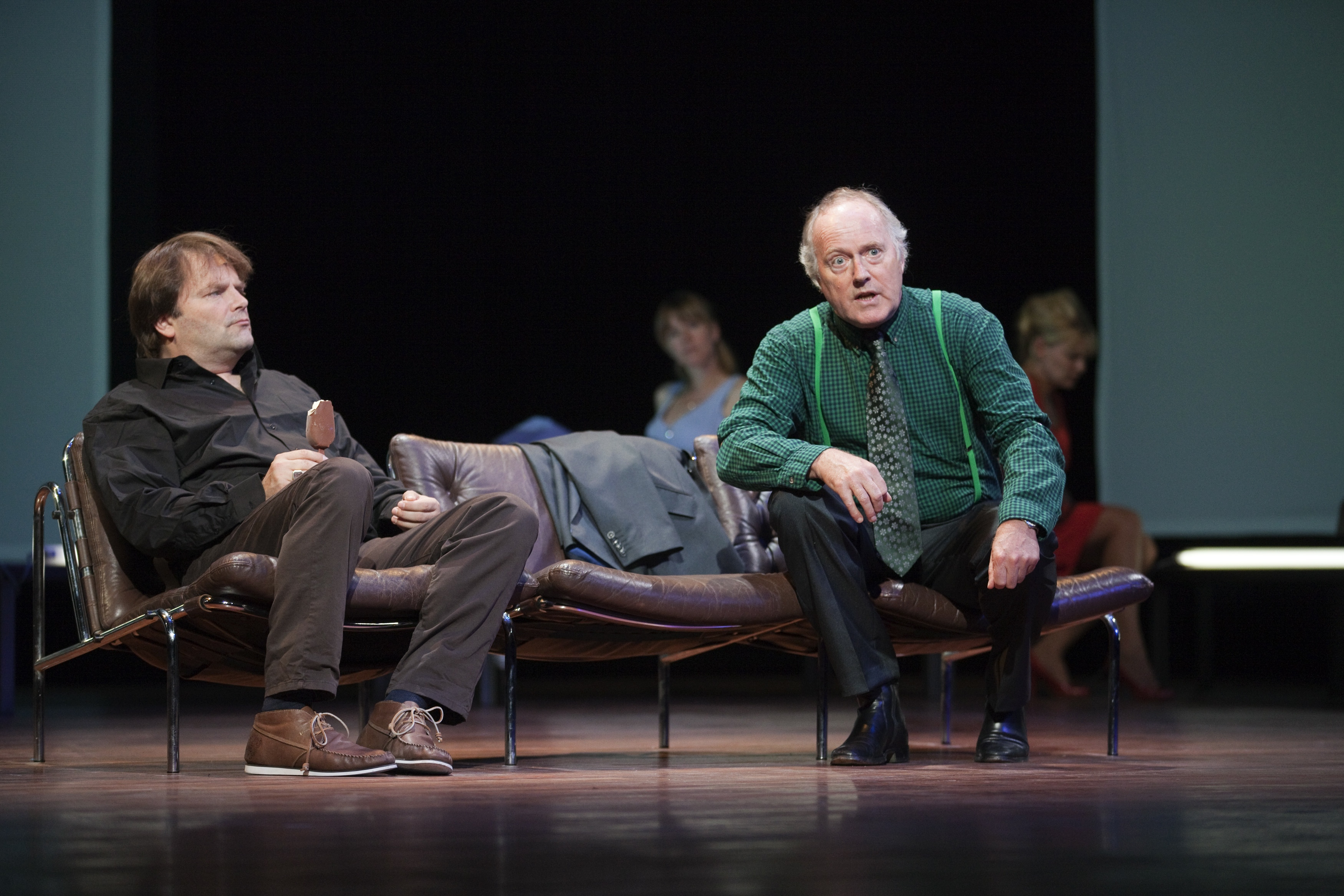 Victor Löw en Peter Tuinman, twee van Nederlands' grootste acteurs. Victor heeft een magnum vast, de boffert.