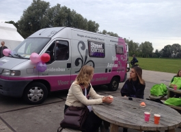 Roze nagellak en goed advies in de Meidenbus