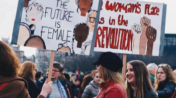 Mannenhatende heksen? We hebben juist veel te danken aan feministen!