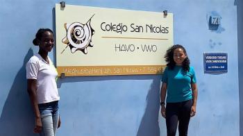 Amaira en Ela doen examen op Aruba: 'Gelukkig hebben we airco!'