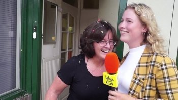 Laura verrast de docent die haar aan een diploma hielp