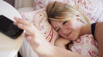 Jongeren nemen mobiel mee naar bed