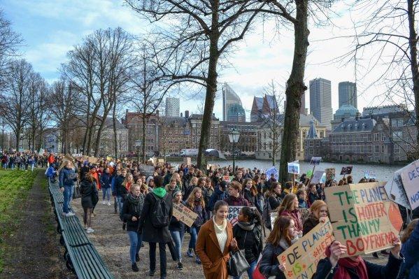 Eerste klimaatmars Nederlandse scholieren groot succes: 'Jullie schudden Den Haag wakker'