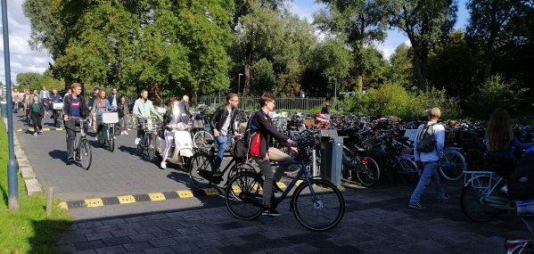 De fietsenstalling is de oorzaak dat je te laat komt