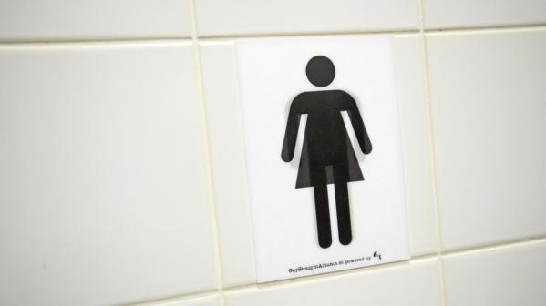 Meisje zit vast op wc vlak voor examen
